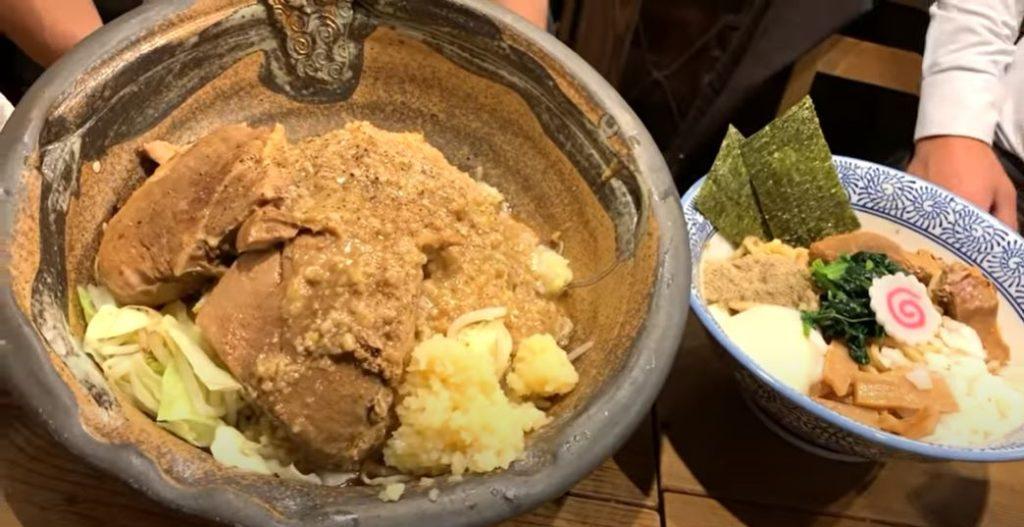 総重量1.7kg⁉ホロホロの自家製チャーシューが絶品の二郎系まぜそばを食べてきた【東京まぜそば】