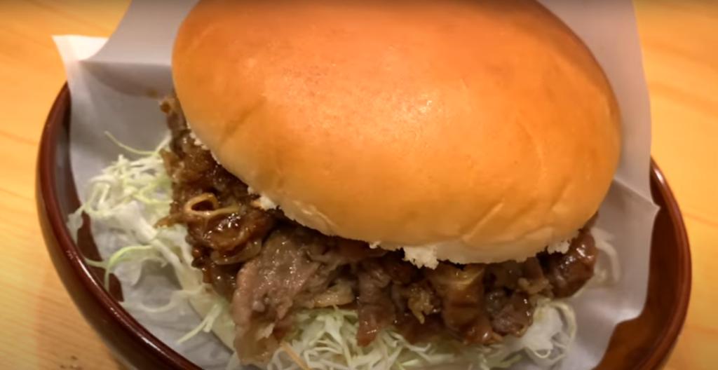 300g超えのお肉が入った特大バーガー!あふれるほどのお肉にかぶりつき!【コメダ珈琲店】