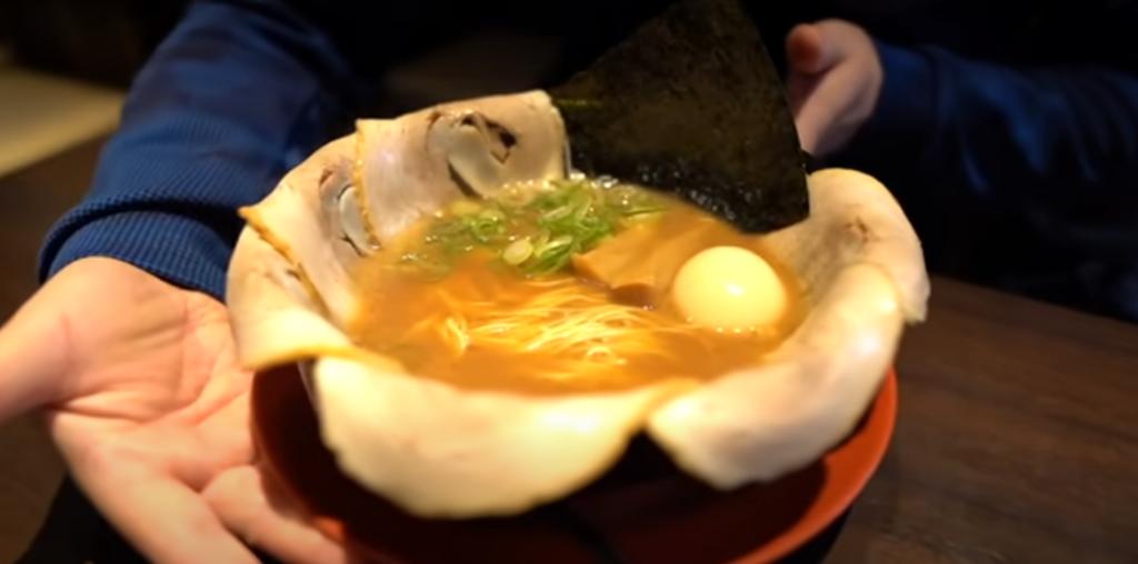 ゆっちーが替え玉何玉食べられるのかチャレンジ!とんこつガツンのスープに細めの麺との相性がたまらない!【河童ラーメン本舗 米国村店】