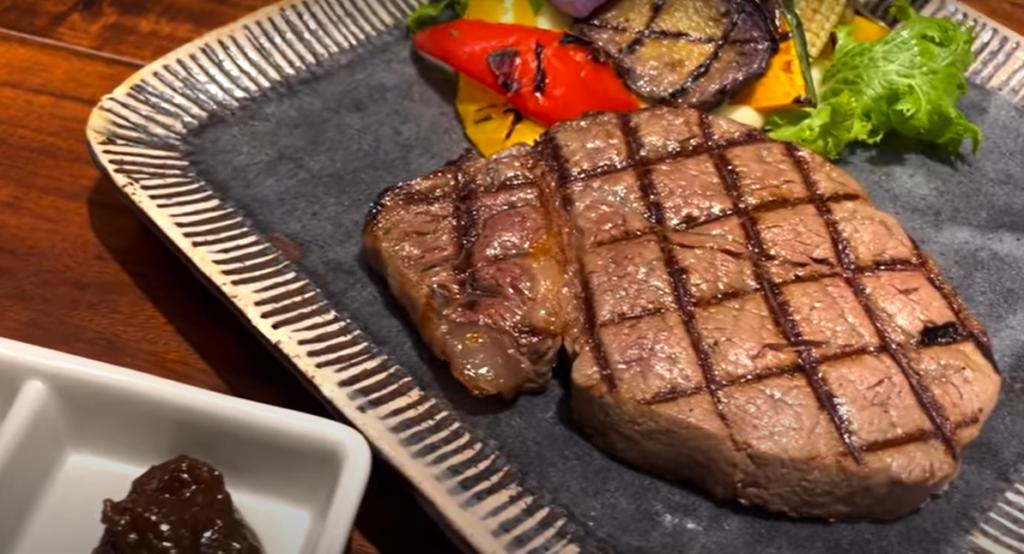東京駅で国産牛ステーキがコスパよく食べられるお店はここだ!【肉卸小島】